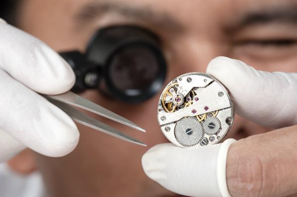 Wie werden die Lagersteine in einer Armbanduhr eingesetzt