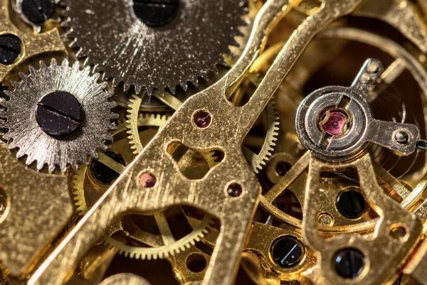 Nahaufnahme einer mechanischen Uhr