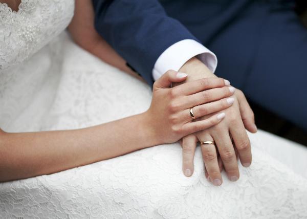 Brautpaar haelt Haende