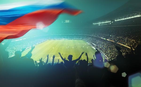 Gefuelltes Stadion mit russischer Flagge