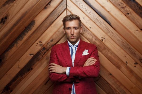 Modischer Mann im roten Anzug