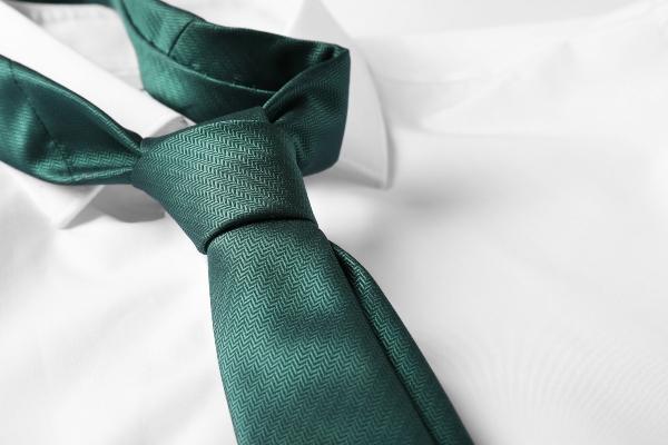 Gruene Krawatte auf weissem Hemd