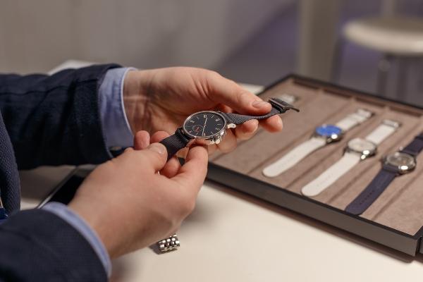 Kunde beim Uhrenkauf