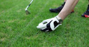 Mann platziert Golfball