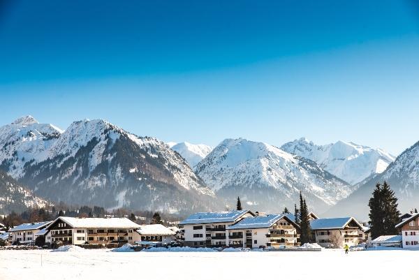 Winter in Oberstdorf mit Schnee und Alpen