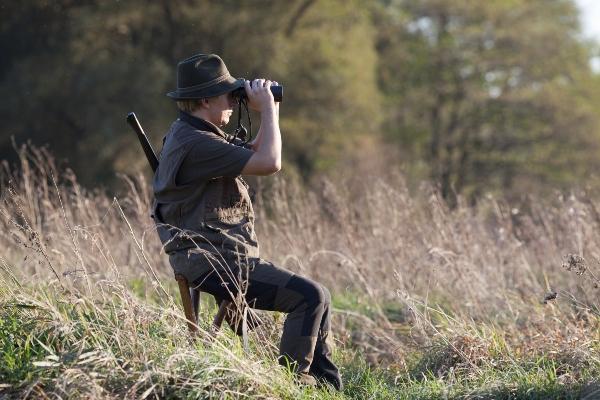 Jaeger beobachtet sein Revier praktische-jagduhren