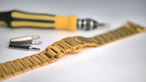 goldenes Armband mit Uhrmacherwerkzeug - Uhrenarmband kürzen selber machen?