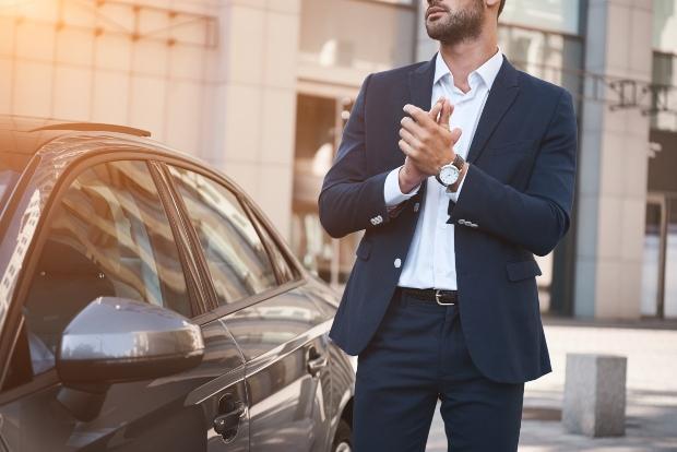 Mann in Anzug mit Luxusuhr
