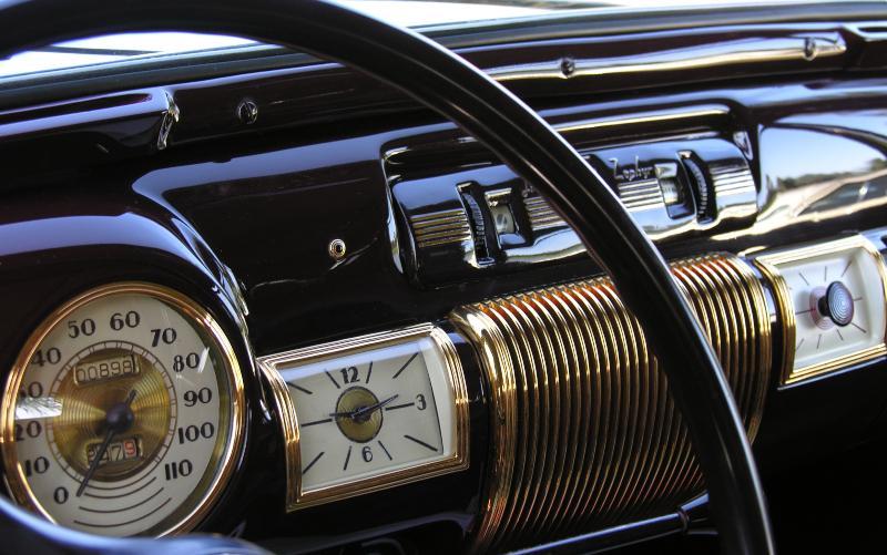 Tachometer und Borduhr eines Oldtimers