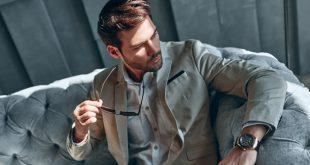 Eleganter Mann mit Uhr - Hochfrequente und niederfrequente Uhren