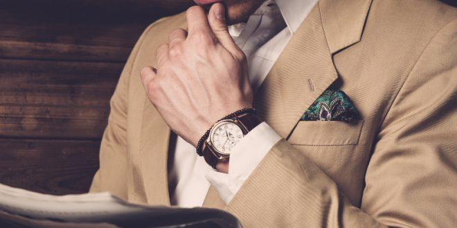 Gentleman mit Armbanduhr - Herrenuhren bis 1000 Euro