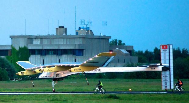 Die Solar Impulse HB-SIA landet am Flughafen Brüssel