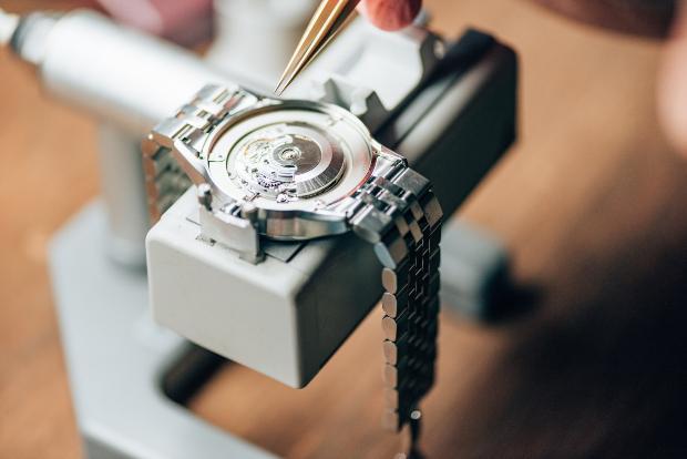 Eingespannte Armbanduhr - Gehäuseöffner und Gehäuseschließer