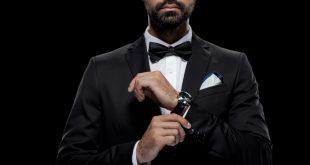 Mann in Tuxedo mit Luxusuhr