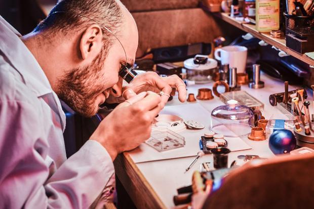 Uhrmacher bearbeitet Wekrstück