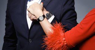Pärchen mit Armbanduhren - die Durchmesser unterscheiden sich