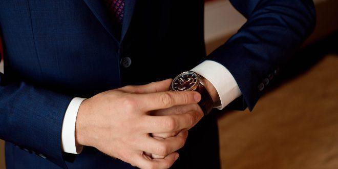 Mann in Anzug und eleganter Armanduhr