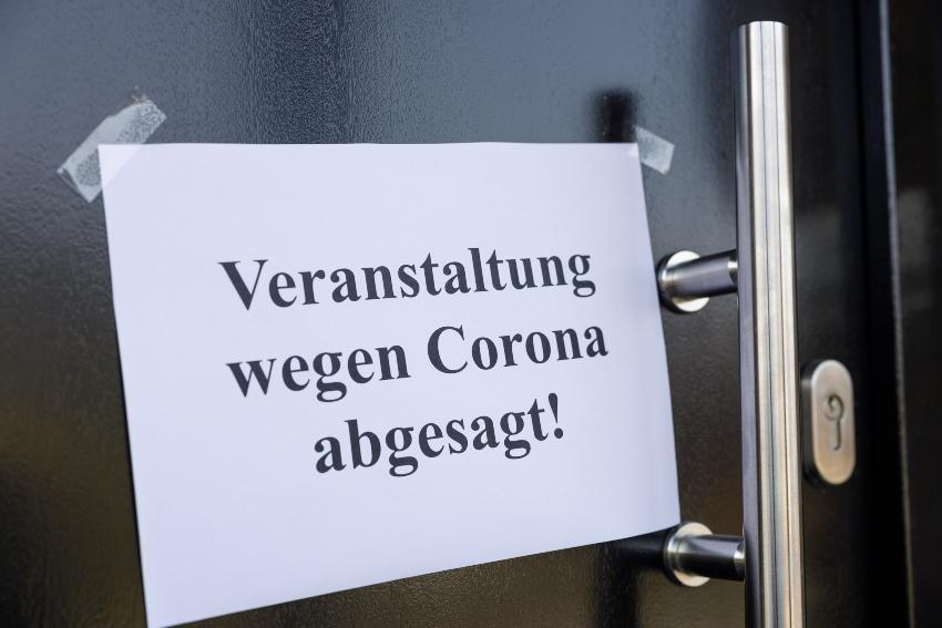 """Papier an Tür: """"Veranstaltung wegen Corona abgesagt"""""""