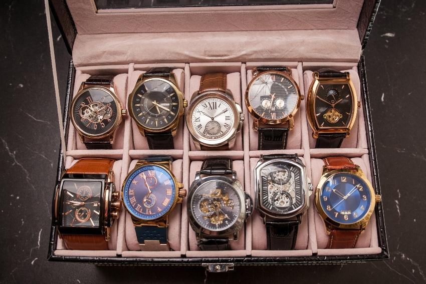 Schachtel mit 10 Luxusuhren