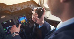 Pilot mit Armbanduhr
