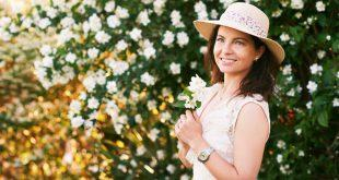 Junge Frau vor Blüten - Damen Chronographen in Silber