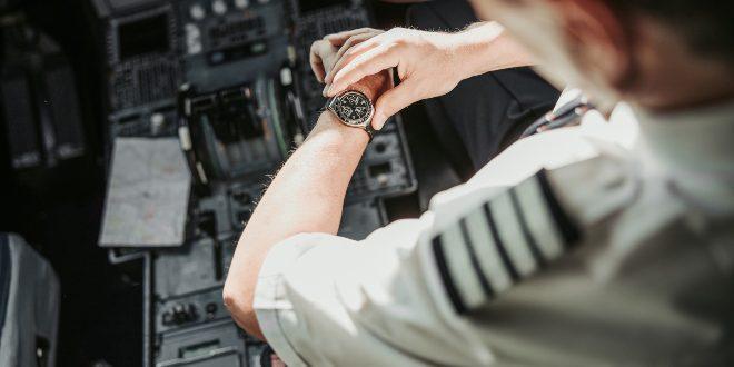Pilot mit Armbanduhr - Toolwatches
