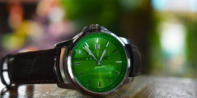Armbanduhr mit grünem Zifferblatt