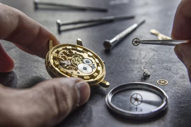 Alte Armbanduhr wird repariert