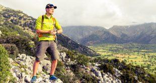 Junger Mann auf einer Bergwanderung - Sport Chronographen für Herren