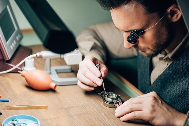Experte betrachtet alte Armbanduhr