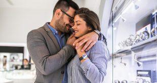 Paar im Uhrengeschäft - Automatikuhren bis 1000 Euro