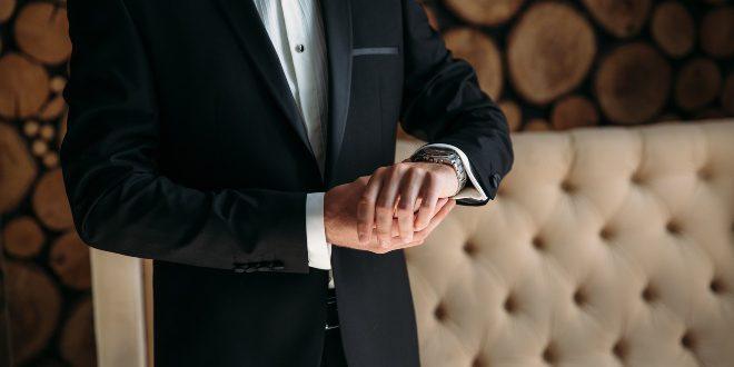 Eleganter Herr mit Armbanduhr - H82335131